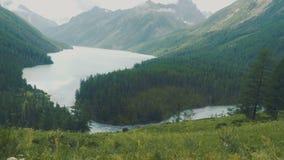 Lever de soleil sur le lac Kucherla avec vue sur la montagne de Belukha, République d'Altai, Russie clips vidéos