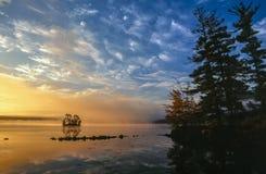 Lever de soleil sur le lac maine photographie stock