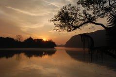 Lever de soleil sur le lac Phewa Image stock