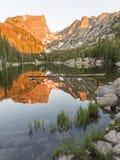 Lever de soleil sur le lac rêveur photo libre de droits