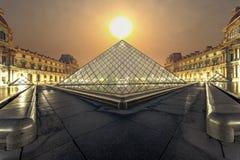 Lever de soleil sur le musée Paris de Louvre Photographie stock libre de droits