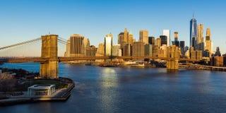 Lever de soleil sur le pont de Brooklyn et les gratte-ciel du Lower Manhattan New York City Photo stock