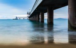 Lever de soleil sur le pont en mer photographie stock