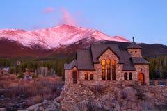 Lever de soleil sur le St Malo Church en dehors d'Estes Park Colorado Images stock