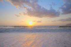 Lever de soleil sur méditerranéen sur la plage Photo stock