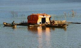 Lever de soleil-sur-pêche-village Images libres de droits