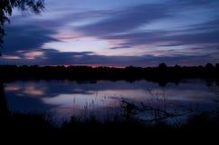 Lever de soleil sur un étang images stock