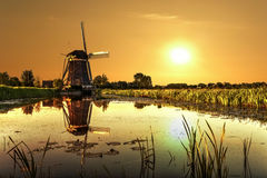 Lever de soleil sur un moulin à vent images stock