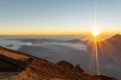 Lever de soleil sur un volcan image stock