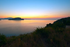 Lever de soleil sur une mer. Photo stock