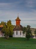 Lever de soleil sur une petite chapelle dans la campagne suisse Images stock