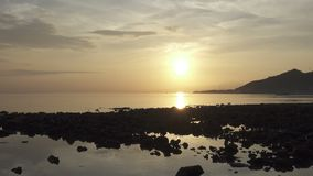 Lever de soleil t?t le matin sur la plage tropicale de Pemuteran Bali, Indon?sie clips vidéos