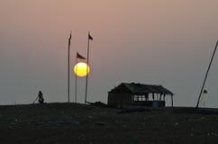 Lever de soleil tôt et brouillard - plage de mer du Bengale, Inde Photographie stock