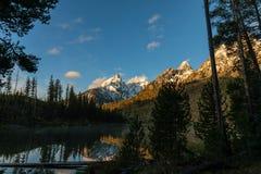 Lever de soleil de Teton au lac string image libre de droits