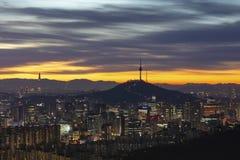 Lever de soleil de tour namsan de Séoul de ville de Séoul en Corée du Sud photographie stock