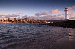 Lever de soleil tranquille au phare Image libre de droits