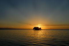Lever de soleil tropical au-dessus d'île Photos stock