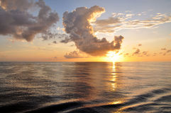 Lever de soleil tropical avec des nuages au-dessus d'océan Photographie stock libre de droits
