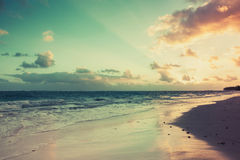 Lever de soleil tropical coloré au-dessus de l'Océan Atlantique photographie stock