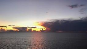 Lever de soleil tropical dans l'Océan Indien clips vidéos