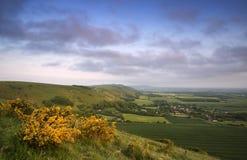 Lever de soleil vibrant au-dessus de paysage de campagne photo libre de droits