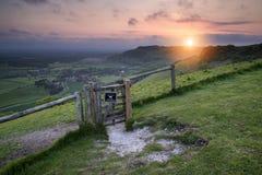 Lever de soleil vibrant au-dessus de paysage de campagne photos libres de droits
