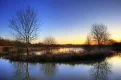 Lever de soleil vibrant de l'hiver au-dessus de fleuve calme Images stock