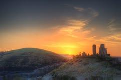 Lever de soleil vibrant de paysage d'hiver au-dessus des ruines de château images libres de droits
