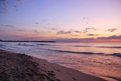Lever de soleil vibrant renversant d'or sur la plage de sable Couleur orange de lever de soleil photographie stock