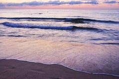 Lever de soleil vibrant renversant d'or sur la plage de sable Couleur orange de lever de soleil image libre de droits