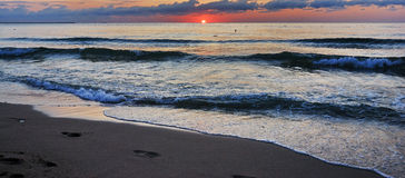 Lever de soleil vibrant renversant d'or sur la plage de sable Couleur orange de lever de soleil images stock