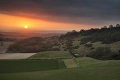 Lever de soleil vibrant renversant de ressort au-dessus de landsca anglais de campagne Images stock