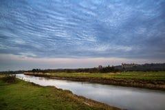 Lever de soleil vibrant renversant reflété en rivière calme photographie stock