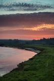 Lever de soleil vibrant renversant reflété en rivière calme photo libre de droits