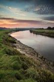 Lever de soleil vibrant renversant reflété en rivière calme photo stock