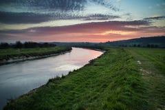 Lever de soleil vibrant renversant reflété en rivière calme image libre de droits