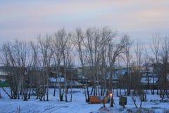 Lever de soleil Vue de Tura Embankment vers la banque gauche de la rivière de Tura Tyumen Russe Sibérie Images stock