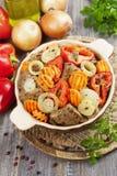 Lever met groenten in de ceramische pot wordt gebraden die Stock Foto's