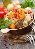 Lever met groenten in de ceramische pot wordt gebraden die Stock Foto