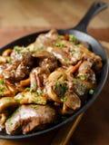 Lever met paddestoelen, bacon en kruiden wordt gebakken dat Stock Foto's