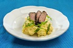 Lever van het kruid de vastgeroeste kalfsvlees met balsamico gekarameliseerde uien, brij Royalty-vrije Stock Afbeelding