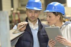 Leverancier en ingenieur die kwaliteit controleren stock afbeeldingen
