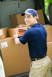 Leverans: Dragande ask för man från leveransskåpbilen Royaltyfri Bild