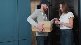 Leverans, post, folk och sändningsbegrepp - lycklig man som levererar jordlottaskar till kundhemmet arkivfilmer