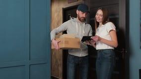 Leverans, post, folk och sändningsbegrepp - lycklig man som levererar jordlottaskar till kundhemmet lager videofilmer
