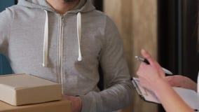 Leverans, post, folk och sändningsbegrepp - lycklig man som levererar jordlottaskar till kundhemmet stock video