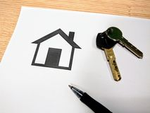 Leveransen av tangenterna till ett hus, når den har betalt, intecknar arkivfoto