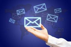 leveransen hands postöversiktsvärlden Royaltyfri Bild