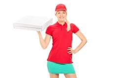 Leveransflicka som rymmer två askar av pizza Royaltyfri Bild