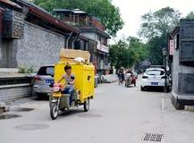 Leveransfolkarbete i Peking hutongs Royaltyfri Foto